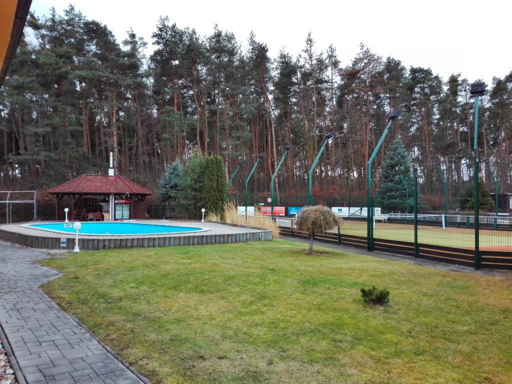 Bazén s tenisovými kurty